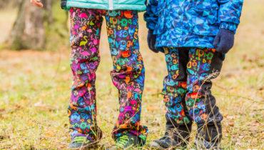 Barevné kalhoty s tvarovanými koleny